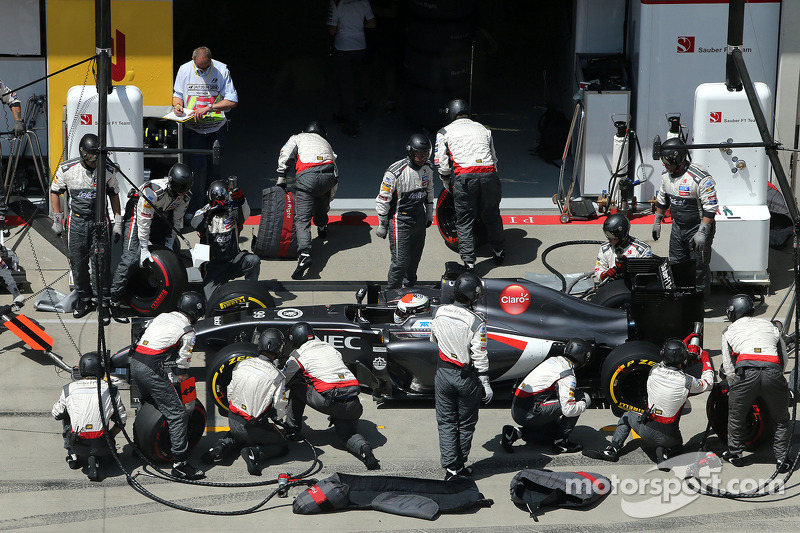 Adrian Sutil, Sauber F1 Team during pitstop