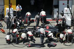 Adrian Sutil, Sauber F1 Team durante un pitstop