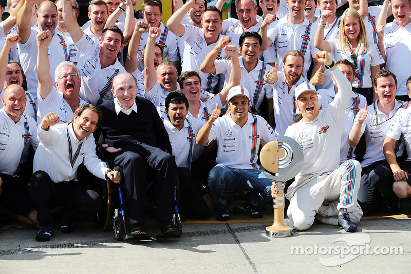 Il terzo posto Valtteri Bottas, Williams festeggia il suo primo podio con il team