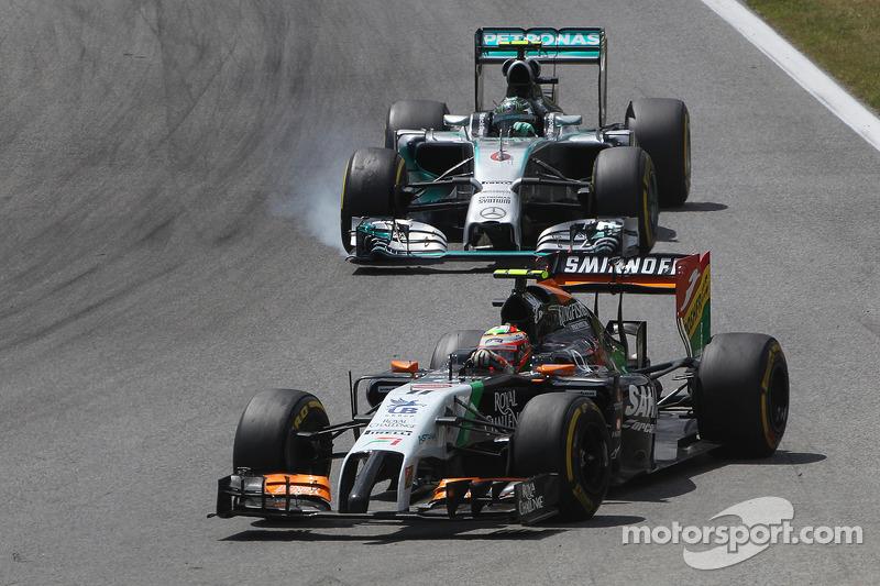 Sergio Perez, Sahara Force India F1 VJM07, davanti a Nico Rosberg, Mercedes AMG F1 W05, il quale blocca le ruote in frenata