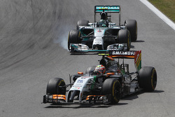 Sergio Perez, Sahara Force India F1 VJM07 leads Nico Rosberg, Mercedes AMG F1 W05, who locks up under braking