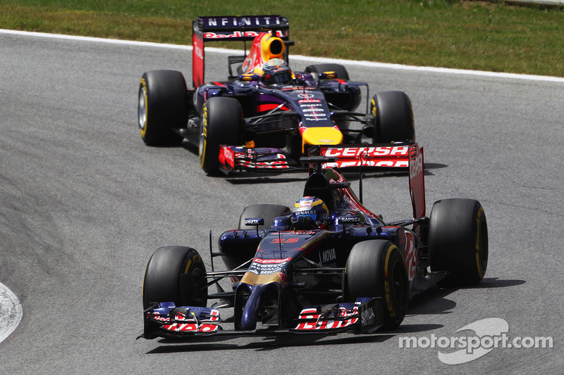Jean-Eric Vergne, Scuderia Toro Rosso STR9 davanti a Sebastian Vettel, Red Bull Racing RB10