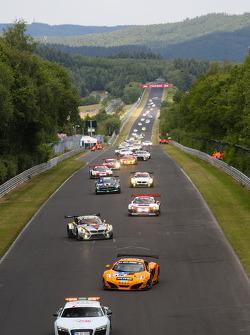暖胎圈:66号多尔车队的迈凯轮MP4-12C,凯文·埃斯特勒, 彼得·考克斯, 蒂姆·穆勒, 萨沙·伯特领跑