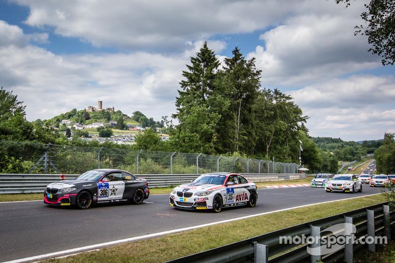 Via: #306 Team Ring Police BMW M235i Racing: Jean-Pierre Kremer, Jan-Erik Slooten e #315 Mathol Racing BMW M235i Racing: Andres Serrano, Volker Wawer