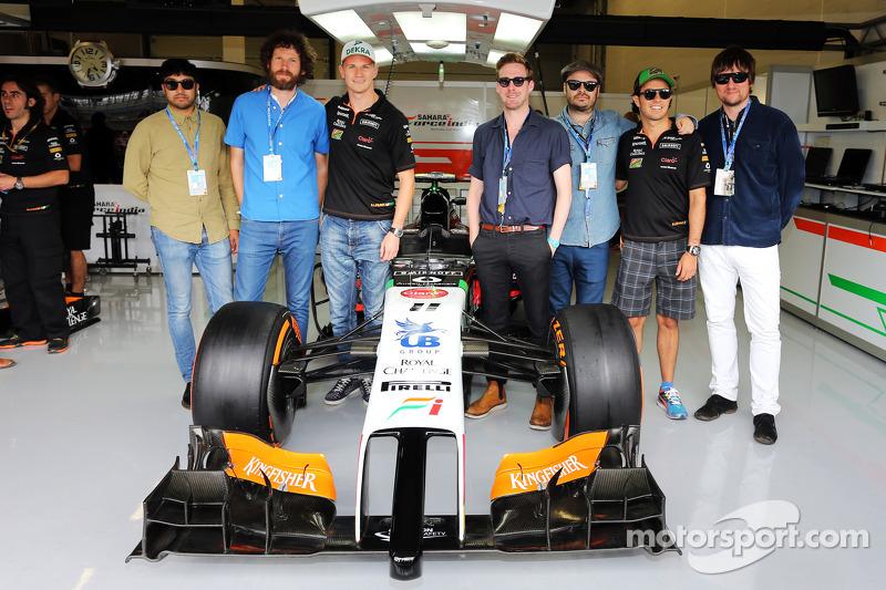 I Kaiser Chiefs con Nico Hulkenberg, Sahara Force India F1 e il suo compagno di squadra Sergio Perez