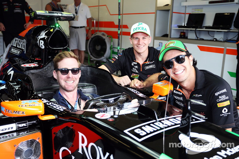 (L to R): Nico Hulkenberg, Sahara Force India F1 and Sergio Perez, Sahara Force India F1 with Ricky