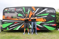 (Soldan Sağa): Sergio Perez, Sahara Force India F1 ve takım arkadaşı Nico Hulkenberg, Sahara Force India F1 ve Sahara Force India F1 Takımı karavanı