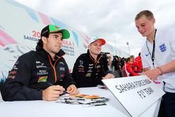 Sergio Pérez, Sahara Force India F1 y Nico Hulkenberg, Sahara Force India F1 firma de autógrafos para los fans