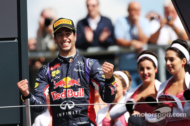 Daniel Ricciardo, Red Bull Racing podyumda üçüncü sıra için kutlama yapıyor