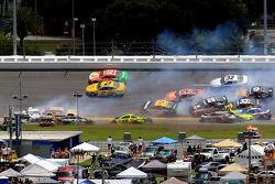 Incidente tra più auto coinvolge anche Matt Kenseth e Kyle Busch