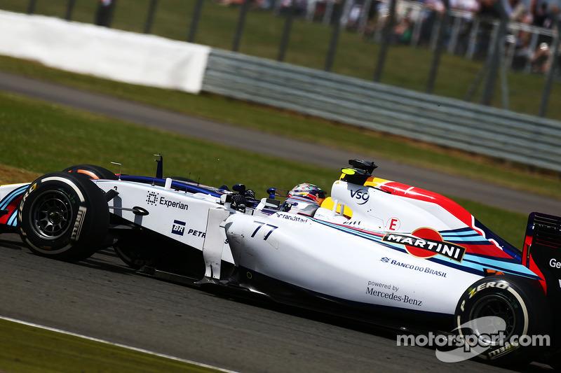 Valtteri Bottas, Williams FW36 e Sebastian Vettel, Red Bull Racing RB10 lottano per la posizione