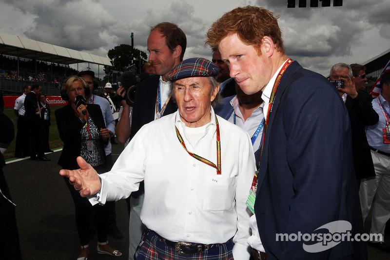 Jackie Stewart, con il Principe Harry, sulla griglia di partenza