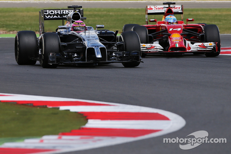 Jenson Button, McLaren MP4-29 e Fernando Alonso, Ferrari F14-T