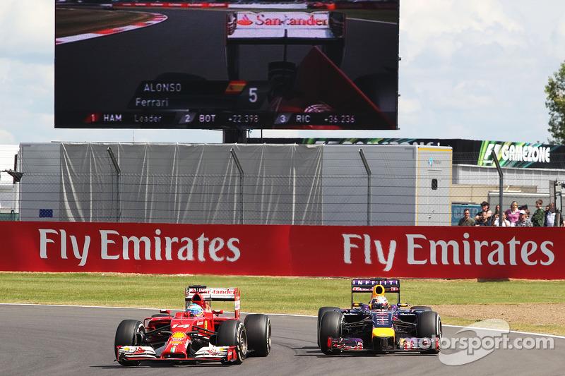 Fernando Alonso, Ferrari F14-T ve Sebastian Vettel, Red Bull Racing RB10 pozisyon için mücadele ediyor