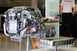 Motor Mercedes exposto nos boxes