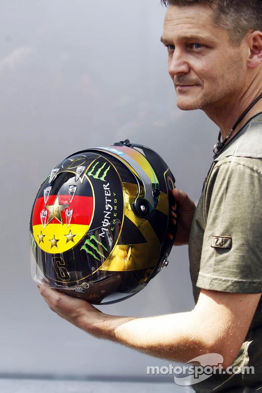 O capacete de Nico Rosberg, Mercedes AMG F1 celebrando o título da Alemanha na Copa do Mundo FIFA 20