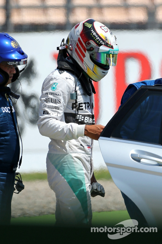 Lewis Hamilton, Mercedes AMG F1 W05 waves after big crash