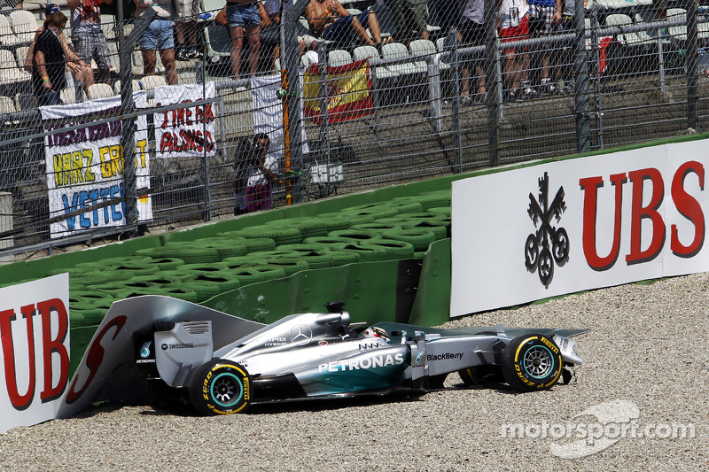 Lewis Hamilton, Mercedes AMG F1 W05 crashes out in the first section of qualifying