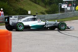 Lewis Hamilton, Mercedes AMG F1 W05, recupera de uma rodada na curva dois no início da corrida