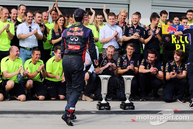 Daniel Ricciardo, Red Bull Racing takımıyla kutlama yapıyor