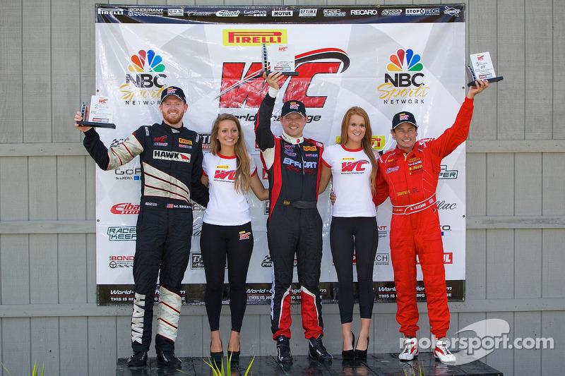 Vincitori classe GT podio: Mike Skeen (secondo, a destra), Ryan Dalziel (primo, al centro), Anthony Lazzaro (terzo, a destra)