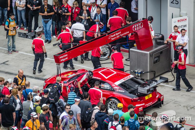 Miguel Molina, Audi Sport Takımı Abt Sportsline Audi RS 5 DTM pit yürüyüşü sırasında