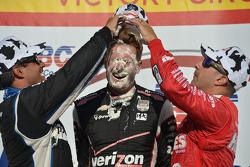 Vainqueur: Will Power a le visage plein de crème patissière par le 2èmeJuan Pablo Montoya et le 3ème Tony Kanaan