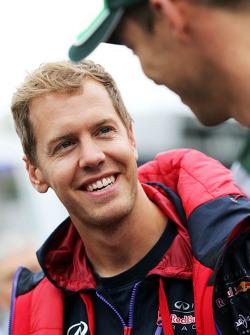 (Da sinistra a destra): Sebastian Vettel, Red Bull Racing con Andre Lotterer, Caterham F1 Team