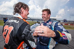 比赛获胜者 #67 现代/ Rhys Millen Racing,现代Veloster,和#81 斯巴鲁美国拉力车队,斯巴鲁 WRX STi: Bucky Lasek,庆祝胜利
