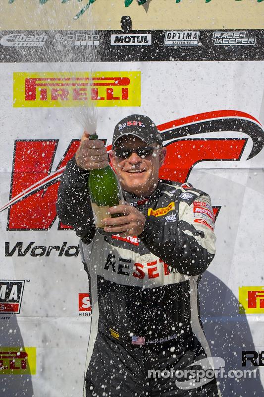 GTS Vincitore Jack Baldwin festeggia con champagne