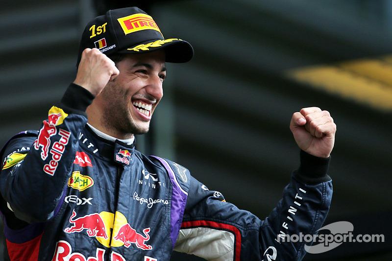 Podio: vincitore della gara Daniel Ricciardo festeggia