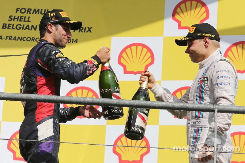 (Da sinistra a destra): Il vincitore della gara Daniel Ricciardo, Red Bull Racing festeggia con il t