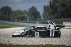 #28 Grasser Racing Team Lamborghini LFII: Hari Proczyk, Jeroen Bleekemolen in trouble