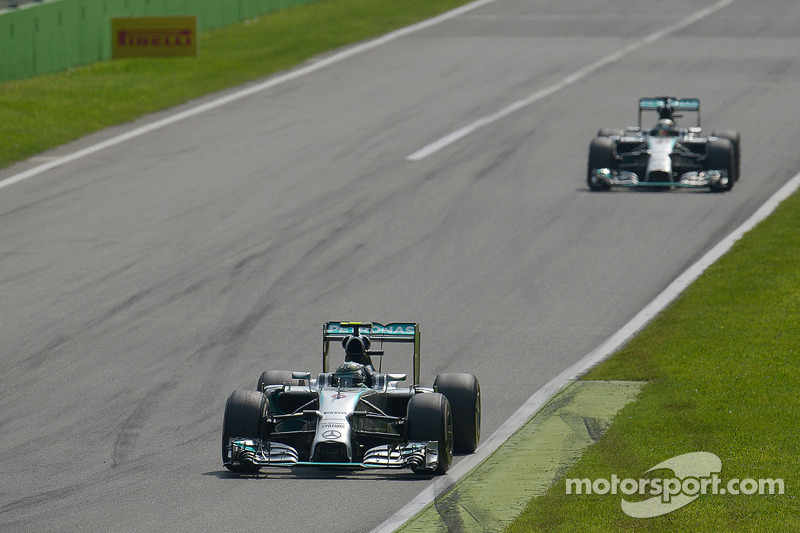 Nico Rosberg, de Mercedes AMG F1 W05 lidera a su compañero de equipo Nico Rosberg, de Mercedes AMG F1 W05