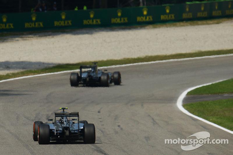 Lewis Hamilton, de Mercedes AMG F1 W05 lidera a su compañero de equipo Nico Rosberg, de Mercedes AMG F1 W05