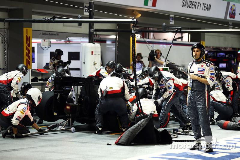Adrian Sutil, Sauber C33 makes a pit stop