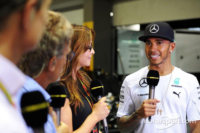 Lewis Hamilton, Mercedes AMG F1 con Suzi Perry, BBC F1; Eddie Jordan, BBC Television  y David Coulthard, Red Bull Racing y Scuderia Toro Advisor / BBC Television Commentator