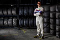 Michael Caruso renova com Nissan