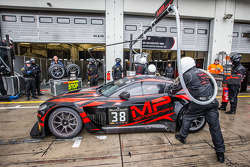 Pit stop para o #38 MP Motorsport AMR Aston Martin Vantage GT3: Mark Poole, Richard Abra, Joe Osborne