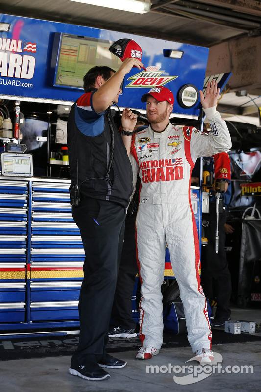 Dale Earnhardt Jr., Hendrick Motorsports Chevrolet, com o chefe de equipe Steve Letarte