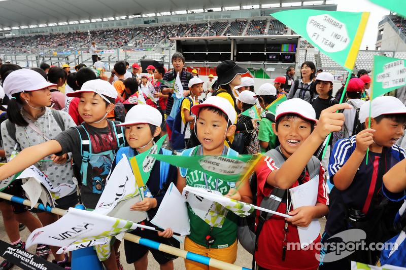 Giovani fan Sahara Force India F1 Team nei box