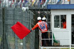 裁判们挥动红旗,比赛中止