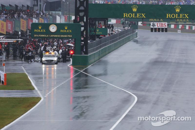 La gara viene interrotta, la safety car e le auto ferme ai box