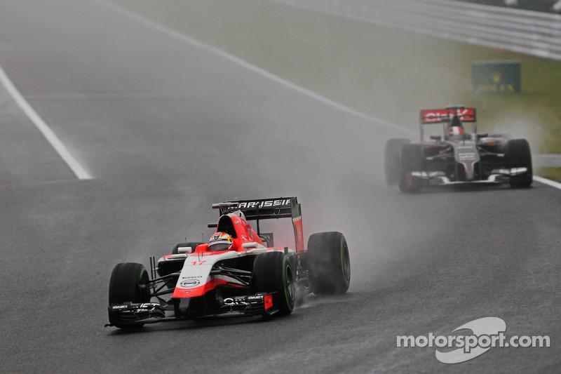 玛鲁西亚F1车队MR03赛车车手朱尔斯·比安奇领先索伯C33车手阿德里安·苏蒂尔