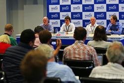 (从左至右): Richard Cregan,俄罗斯大奖赛顾问; Sergey Vorobyev, 副总经理, OJSC Centre Omega, 和 俄罗斯大奖赛推广商 和 Alexander Saurin,克拉斯诺达尔副州长在媒体发布会上