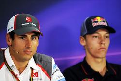 (Da sinistra a destra): Adrian Sutil, Sauber e Daniil Kvyat, Scuderia Toro Rosso alla conferenza stampa FIA