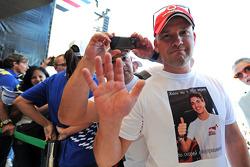Fan con indosso una maglietta di Jules Bianchi, Marussia F1 Team
