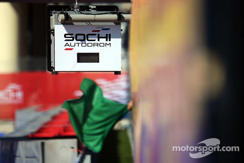 Bandiere verdi sventolano all'Autodromo di Sochi