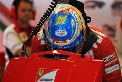 法拉利车队的费尔南多·阿隆索为朱尔斯·比安奇加油