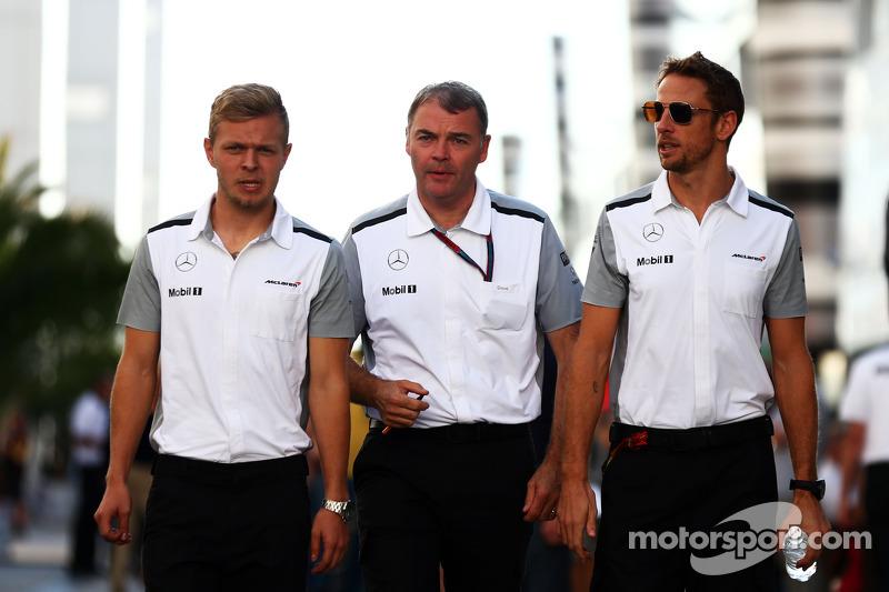 Kevin Magnussen, McLaren con Dave Redding, McLaren director deportivo y Jenson Button, McLaren